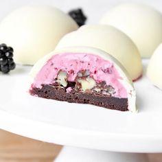 Brombærkager med creme og hvid chokoladeskal (chocolate, blackberry, and walnut truffles in white chocolate shell. Recipe in Danish)
