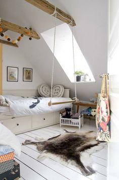 Kleines Kinderzimmer -Dachfenster weiße Parkette