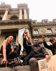 """""""Mais qu'est-ce qu'on vous a fait?"""" la manifestation #BlackLivesMatter qui a eu lieux hier à #Lausanne, rassemblant ~2000 milles personnes. Comment te dire que ce rassemblement m'a fait chaud au coeur. // Je le jure, je n'essaie pas délibérément de publier que des sujets tristes sur IGTV // Cela fait bien longtemps que je suis ce qui se passe...  #blm #switzerland #manifestation #peacefulprotest #2020"""