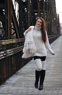 Mohair, piss and much more. Thick Sweaters, Winter Sweaters, Girls Sweaters, Cozy Sweaters, Cozy Fashion, Sweater Fashion, Sweater Outfits, Turtleneck Outfit, Fluffy Sweater