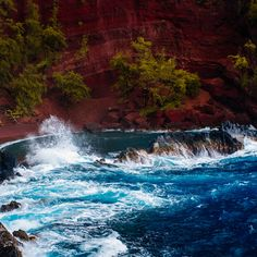 Blue waves on Maui 🌊🌴💙 📷 maui waves beach nature paradise bluewater island travel valley rocks formation hawaii Anton, Road To Hana, Secret Law Of Attraction, Tumblr, Nature Quotes, Nature Images, Honeymoon Destinations, Go Camping, Amazing Nature