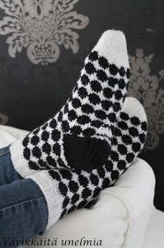Värikkäitä unelmia: Marimekon inspiroima Diy Crochet And Knitting, Knitting Patterns Free, Fair Isle Knitting, Knitting Socks, Mitten Gloves, Mittens, Winter Socks, Wool Socks, Marimekko