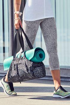Notre sac fourre-tout a été conçu avec une sangle pour votre tapis de Yoga, des poches intérieures pour vos produits de toilette et votre portable, ainsi qu'un