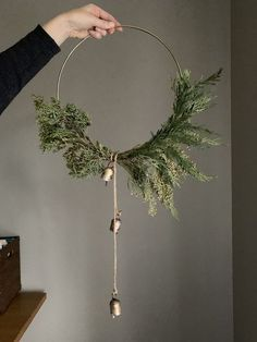 DIY Super simple and modern christmas wreath with hoop and gold bells, click through for item source links christmas decor diy Christmas Decoration Noel Christmas, Winter Christmas, All Things Christmas, Christmas Ornaments, Natural Christmas, Christmas Pictures, Christmas Decir, Diy Christmas Art, Winter Diy