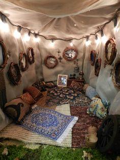 Schnapp dir Kissen, Decken und ein Zelt und gehe im Garten Campen.