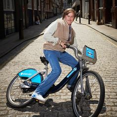 Steve Coogan as his alter ego Alan Partridge on a Barclays Bike Alan Partridge, Round Round, Comedy Tv, Alter Ego, Comedians, Things That Bounce, Weird, Drama, Sketch