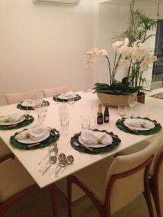Mesa de Jantar da Helene, com os guardanapos Classic e os porta-guardanapos Gold. As orquídeas completam o ambiente! www.704home.com.br