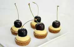 petit fours with pastry cream Bite Size Desserts, Mini Desserts, Baking Recipes, Cake Recipes, Dessert Recipes, Mini Cakes, Cupcake Cakes, Mini Key Lime Pies, Decadent Cakes