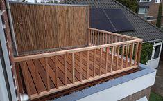 Met deze 150 cm hoge bamboe tuinschermen wissel je leuk af in de tuin. Zo combineert je deze natuurlijke tuinschermen met andere panelen van natuurlijk materiaal of gaas. Dit zorgt voor een dichte erfafscheiding, zonder dat je tuin afgesloten voelt. Dit tuinscherm bestaat uit een verzinkt stalen frame waar bamboestokken in geplaatst zijn. Deck, Outdoor Decor, Home Decor, Decoration Home, Room Decor, Front Porches, Home Interior Design, Decks, Decoration