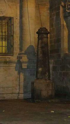 La sombra del peregrino en la Plaza de la Quintana.Santiago de Compostela
