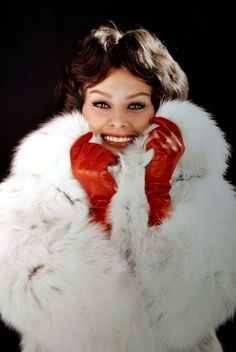 Sophia Loren red leather gloves and fur Hollywood Fashion, Hollywood Glamour, Old Hollywood, Hollywood Style, Divas, Sophia Loren Images, Fabulous Furs, Vogue, Italian Actress