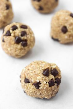 6-ingredient healthy cookie dough bites that taste JUST like oatmeal chocolate chip cookie dough, don't include beans, and take 5 minutes to whip up?  Yes, PLEASE! // healthy-liv.com