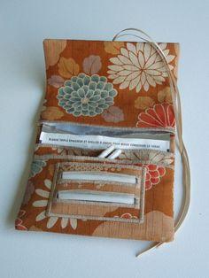 Blague à tabac / Pochette à tabac pratique en tissu japonais ocre motif grosses fleurs de chrysanthème