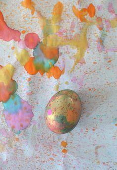 Kids paint beautiful easter eggs with a toothbrush. Art Activities For Kids, Easter Activities, Preschool Art, Kids Crafts, Classroom Activities, Easter Egg Crafts, Easter Art, Easter Eggs, Easter Ideas