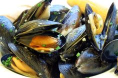 Your go-to sustainable seafood Mussels: Your go-to sustainable seafood. Basic instructions for perfect mussels every time!Mussels: Your go-to sustainable seafood. Basic instructions for perfect mussels every time! Mussels White Wine, Steamed Mussels, Garlic Mussels, Mussels Seafood, Sustainable Seafood, Clams, Fish And Seafood, Seafood Recipes, Mussel Recipes