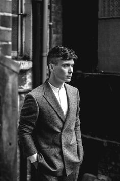 Must always pin black and white shots of Cillian Murphy---especially when he has the Tommy Shelby haircut ; John Shelby Peaky Blinders, Peaky Blinders Thomas, Cillian Murphy Peaky Blinders, Tommy Shelby Hair, Black And White Portraits, Black And White Photography, Pretty Men, Beautiful Men, V Drama