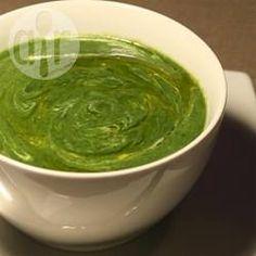 Kartoffel-Spinatsuppe mit Curry / Die Suppe hat eine knallgrüne Farbe und wird mit Kreuzkümmel, Kurkuma und Curry gewürzt. Schmeckt groß und klein.@ de.allrecipes.com