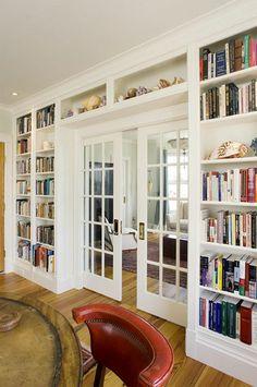 meuble bibliothèque autour d'une porte vitrée