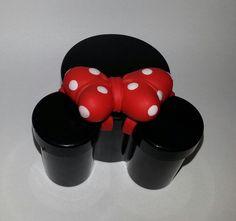 Caixinha preta de acrilico e laço de biscuit rostinho da Minnie para bombom ou doces , pode ser também do Mickey .  Acompanha tag e embalado saquinho celofane . (informe data e nome da criança ).    Medida:  Largura 6,5 (de orelha a orelha )  Largura só da cabeça 5cm  Altura 4cm    Orçamentos:  E...