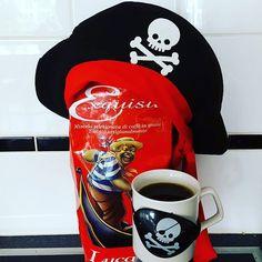 Vandag is heletijd zover... Internationaal Talk Like A Pirate Day! ZekAAAAARRRR tijd voor koffie.  #itlapd2016 #itlapd #butfirstcoffee #maareerstkoffie #maandag #koffietje #koffietijd #mykaffee #myespressocoffee #talklikeapirateday #pirate #coffee #lucaffe #coffeeshots