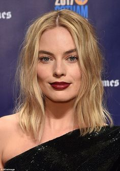 Margot Robbie is one of the beautiful celebs and she looks wonderful with her burgundy lipstick. Arlequina Margot Robbie, Margot Robbie Harley Quinn, Cool Blonde, Burgundy Lipstick, Woman Crush, Messy Hairstyles, New Hair, Hair Inspiration, At Least