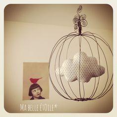 Mobile: Cage en fil de fer et nuage en tissu Gris Pois : Décoration pour enfants par ma-belle-etoile