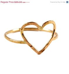 Hey, ho trovato questa fantastica inserzione di Etsy su https://www.etsy.com/it/listing/120231886/hammered-heart-ring-textured-gold-fill