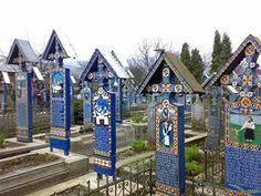 Most cemeteries around the world are quiet, solemn places where colors, jokes or smiles aren't seen very often. But the Merry Cemetery of Sapanta from Romania is probably the most bizarre cemetery on Earth, where many people come to enjoy themselves. Patras, Weird World Facts, Cemetery Headstones, Cemetery Art, Most Haunted, Luxor, Tasmania, Painting On Wood, Funeral