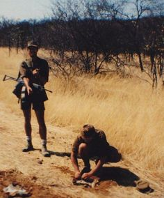 Mine clearing on the Chitado road and bambaeno 1986 Once Were Warriors, Military Archives, Army Day, Defence Force, Tactical Survival, Paratrooper, Korean War, Military Life, Vietnam War