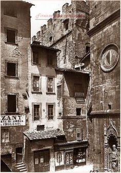 """A destra un piccolo scorcio della Chiesa di Orsanmichele, foto prima del """"risanamento"""" del 1880 circa.#Firenze."""
