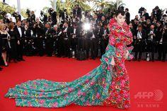 南仏カンヌで、カンヌ国際映画祭のオープニングセレモニーの会場に続くレッドカーペットに現れた中国人モデルのチャン・シンユー(2015年5月13日撮影)。(c)AFP/VALERY HACHE ▼14May2015AFP|【写真特集】カンヌ国際映画祭開幕、レッドカーペットにスター続々 http://www.afpbb.com/articles/-/3048460 #Cannes_Film_Festival_2015 #Zhang_Xinyu #张馨予 #張馨予