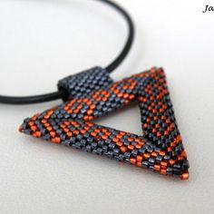 Šitý plastický trojúhelník v kombinaci hematitové a oranžové barvy zavěšený na umělé šnůrce. Je ušitý z vysoce kvalitního japonského rokajlu Miyuki Delica 15/0.  Délka šňůrky je 41 cm včetně zapínání - pro případné prodloužení je možné přidat prodlužovací řetízek. Případně stačí při objednávce připsat do zprávy.  Délka strany trojúhelníku je 3,5 cm. Friendship Bracelets, Jewelry, Jewlery, Jewerly, Schmuck, Jewels, Jewelery, Fine Jewelry, Friend Bracelets