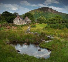Nature takes over.an abandoned cottage on the Isle of Arran, Scotland. Isle Of Arran, Beaux Villages, England And Scotland, Jolie Photo, Scotland Travel, Highlands Scotland, Skye Scotland, English Countryside, British Isles