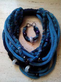 Scaldacollo-collana e braccialetto sono entrambi in lana realizzati con la tecnica del tricotin