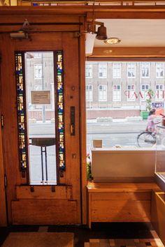 Original Amsterdam School interior and exquisit cakes, pralines, cookies and chocolate: Patisserie Holtkamp