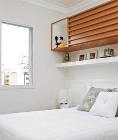 A largura do ambiente comporta apenas o colchão e duas mesinhas laterais. Por isso a arquiteta projetou uma prateleira suspensa e um armário com portas de correr, ambos sobre a cabeceira.