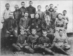 Учні й викладачі. В середньому ряду другий ліворуч сидить учитель Олександр Мартинов, праворуч від нього — Іван Левицький, а поруч з ним П. Кустовський. Містечко Трипілля, 1905 р