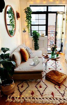 """A esta altura todo mundo sabe que """"Boho"""" vem de  bohème (Francês) que é o habitante da Boêmia. Mas vou falar umas coisinhas interessantes mas que serve ao objetivo –  para você entender o estilo direitinho, além de mostrar 10 salas descontraídas e charmosas nesse estilo. #estilos #decoracao #boho Boho Living Room, Living Room Decor, Bedroom Decor, Bedroom Ideas, Boho Room, Cozy Living, Moroccan Decor Living Room, Art Deco Bedroom, Wall Decor"""