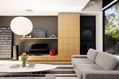 Wohnzimmer natürliche Töne-graue Sessel-Pendelleuchte