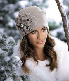 ШАПКА WILHELMA Красивая женская шапка с плиссировкой сзади и крупным украшением. Дополнительно головной убор украшен кристаллами. Превосходный модный вариант для зимы.