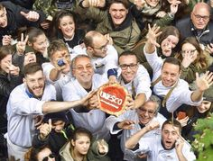 """#pizzanapoletana #pizza #unesco Più che la pizza è """"l'arte del pizzaiuolo napoletano"""" ad essere diventata Patrimonio Culturale Immateriale dell'Unesco, durante il 12° Comitato che si è svolto sull'isola di Jeju, Corea del Sud. Il riconoscimento che ha impegnato già dal 2000 una raccolta firme avviate da Alfonso Pecoraro Scanio, all'epoca Ministro dell'Agricoltura, ha portato anche ad un record…"""