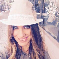 ¿Aún no tenéis el complemento que tanto os gusta de Namdalay? ¡Ahora es el momento, continuamos en #rebajas!   Hoy podéis adquirir el sombrero París con un 20% de descuento. ¡Mirad qué bien le queda a nuestra diseñadora Vanesa Romero!  Pasad un feliz lunes ¡y no olvidéis sonreír!