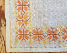 Hermoso bordado de mantel/dolly en lino blanco de Suecia