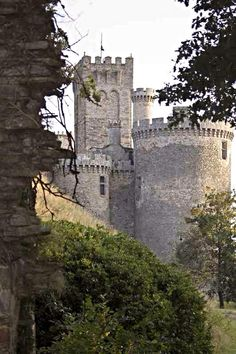 Photo gallery and virtual visit of the montbrun castle that is for sale in france Chateau Medieval, Medieval Castle, Limousin, Ville France, Castle Ruins, Old Churches, Cathedral Church, Beautiful Castles, French Chateau