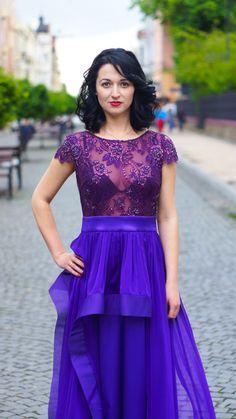 Изумительное платье для истинной ценительницы стиля. Оригинальный крой юбки и гипюровый верх платья – это то, что говорит об индивидуальном вкусе и стиле.