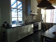 Mooie landelijke wit eikenhouten keuken met komgrepen op maat gemaakt door Mekx Keukens uit Erp, bij Veghel.