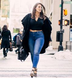「 wearing top & jeans 📸 -tap for outfits deets- Flawless」 Ashley Graham waysify Plus Zise, Mode Plus, Ladies Plus Size Dresses, Plus Size Outfits, Curvy Girl Fashion, Plus Size Fashion, Top Jeans, Ashley Graham Style, Fashion Office