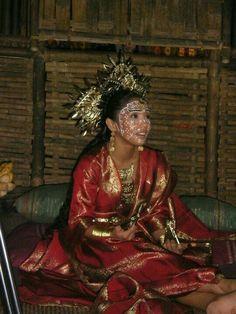 Pre-colonial occupation Filipino bridal outfit - waff life photos and shared Filipino Art, Filipino Culture, Filipino Tribal, Filipino Tattoos, Philippines Outfit, Philippines Culture, Philippines Fashion, Philippines People, Vietnam