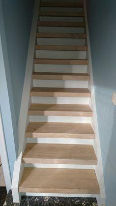 Oude beuken trap geschilderd en eiken treden op geplaatst