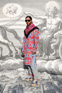 A guest to the Gucci Fall Winter 2019 fashion show, Jared Leto in a floral printed silk shirt with jogging pants and Gucci Screener sneakers, a printed hooded scarf and acetate sunglasses from Gucci Spring Summer 2019 by Alessandro Michele. Gucci Fashion, Fashion Show, Rock Fashion, Fashion Men, Dress Over Pants, Jourdan Dunn, Alessandro Michele, Milano Fashion Week, Quirky Fashion